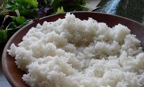 Рис отварите в 2 стаканах воды. Остудить, добавить уксус смешанный с солью и сахаром, хорошо перемешать.