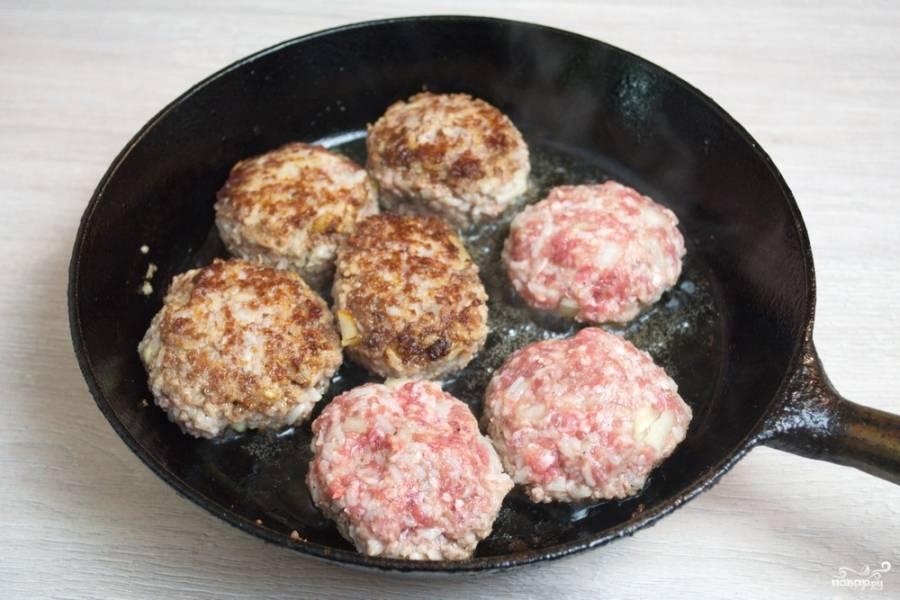 Обжарьте тефтели на сковороде с двух сторон, до образования аппетитной, румяной корочки.