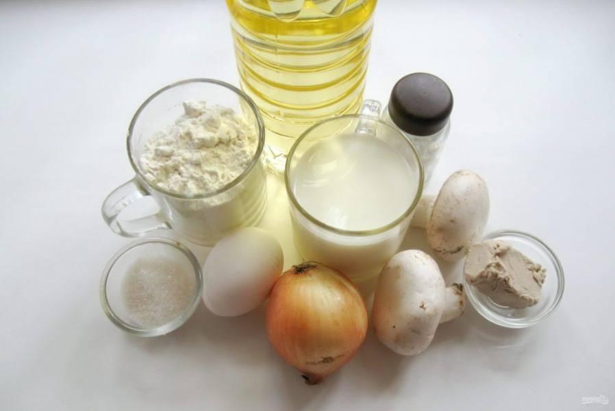 Для приготовления кулебяки приготовьте следующие ингредиенты: молоко, яйца, дрожжи, муку, масло сливочное и подсолнечное, лук репчатый, соль, сахар, грибы, укроп, блины.