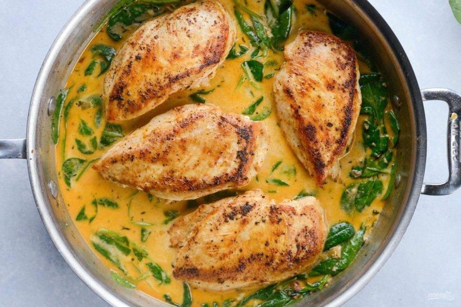 7. Выложите курицу. Закройте сковороду крышкой.