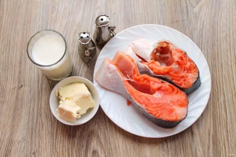 Подготовьте все необходимые ингредиенты для приготовления форели в молоке в духовке. Рыбу почистите от чешуи, сполосните и обсушите бумажным полотенцем.