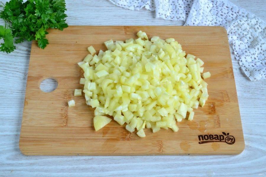 Сладкий перец очистите от плодоножки и семян и нарежьте мелким кубиком.