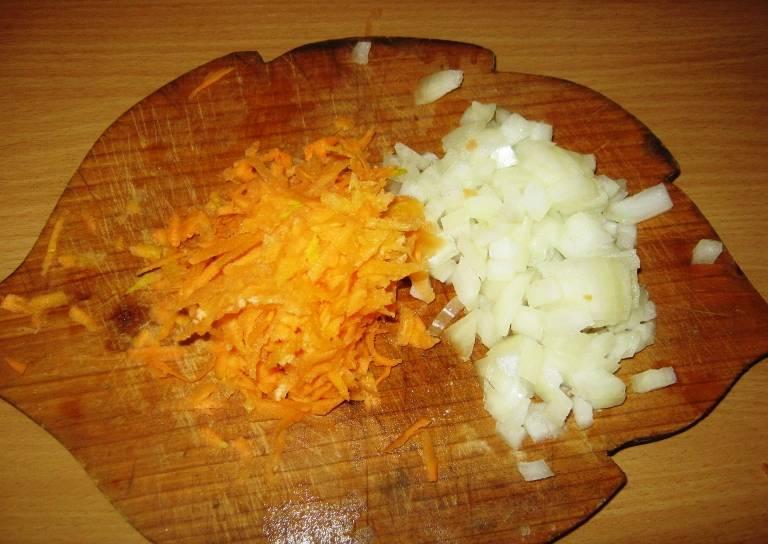 Лук порежьте, морковь потрите на терке, а пшено хорошенько промойте горячей водой.