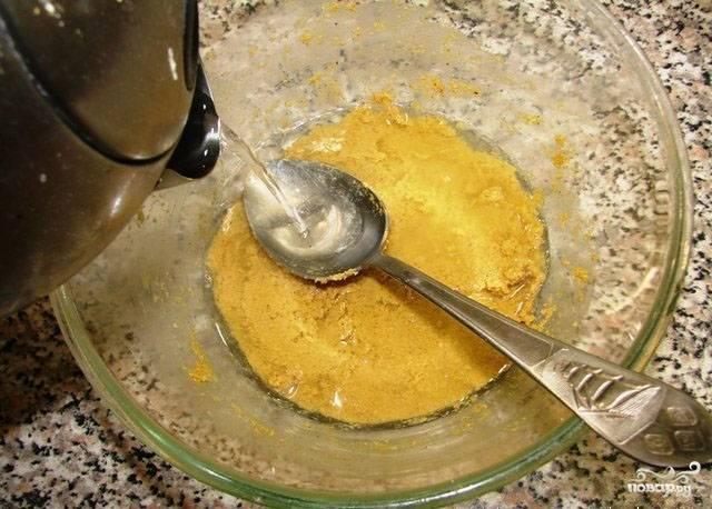 2. Затем ложкой утрамбуйте массу и аккуратно по стенке влейте кипяток в 1 см. над поверхностью горчичной массы. Когда масса остынет, перемешайте.