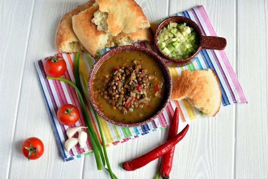 Подавайте суп из чечевицы горячим, со свежей лепешкой, зеленым луком и овощами. Приятного аппетита!