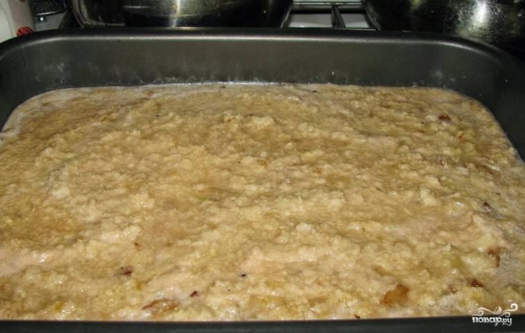 Переливаем полученную массу на противень. Запекаем в духовке 1 час 20 минут при температуре 180 градусов.
