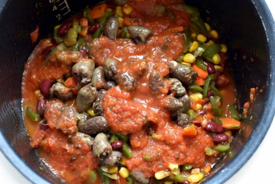 Затем выложите к овощам сердечки и добавьте пробитые блендером помидоры в собственном соку. Тушите минут пять. Посолите и поперчите по вкусу, добавьте щепотку корицы и чили, щедро насыпьте орегано. Хорошо перемешайте рагу и поставьте мультиварку в режим сохранения тепла. Если вы готовили на плите, плотно накройте крышкой сотейник с рагу и дайте ему постоять минут 15.