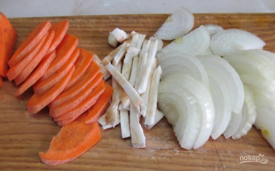 1.Чищу и мою морковку, нарезаю ее тонкими кусочками, чищу сельдерей и нарезаю его соломкой, луковицу очищаю от шелухи и нарезаю полукольцами.