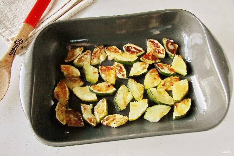 Запекайте овощи при такой же температуре. пока они не станут мягкие. И кабачки, и баклажаны необходимо перевернуть в процессе 1 раз.