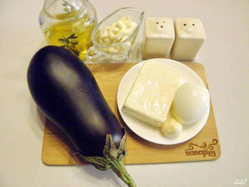 Подготовьте продукты для рулетиков. Баклажан вымойте и отрежьте хвостик. Яйцо сварите вкрутую. Остудите и снимите кожуру.