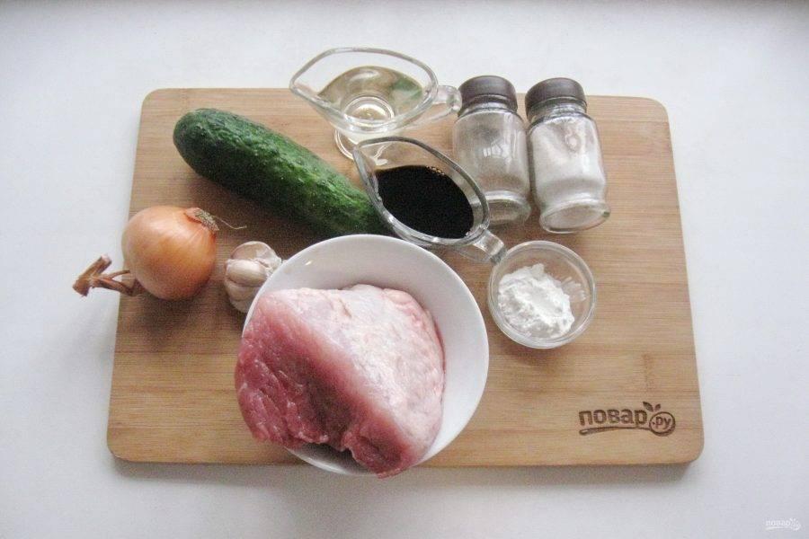 Подготовьте ингредиенты для приготовления жареных огурцов с мясом.