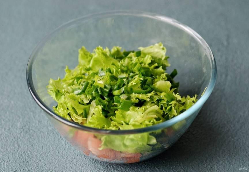 Салат порвите руками. Зеленый лук мелко порубите.