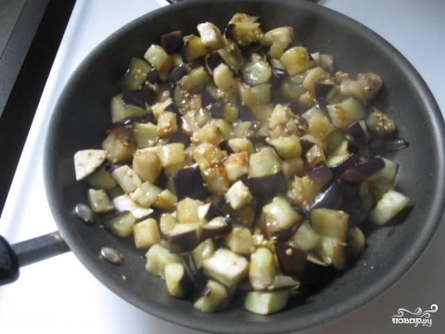 Добавить баклажаны и обжаривать до золотистого цвета.
