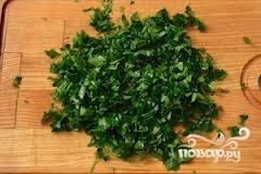 Петрушку моем и мелко нарезаем. Смешиваем все ингредиенты для салата, солим и поливаем растительным маслом.