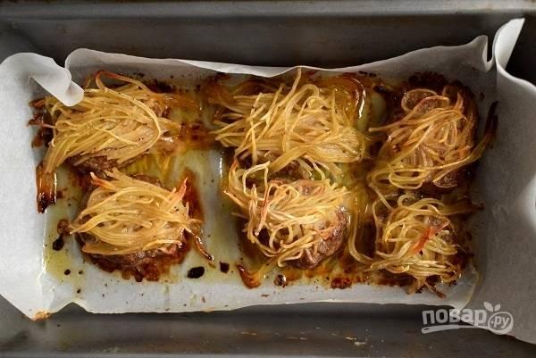 Запекайте в разогретой духовке в течение 30-35 минут.
