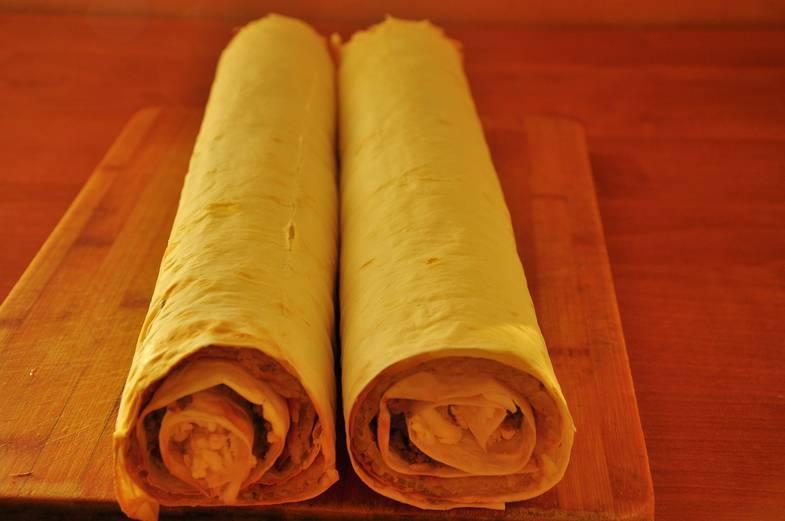 3. Теперь то же самое проделайте с оставшимся листом лаваша и теми же ингредиентами. Рулеты пусть постоят в холодильнике хотя бы два часа, а лучше - дольше.
