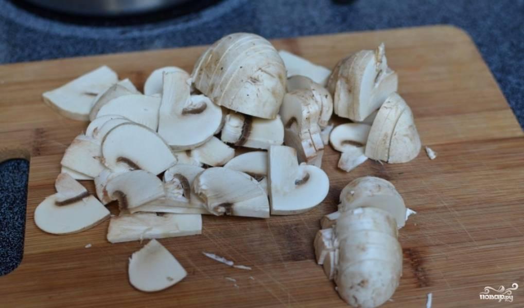 Грибы хорошенько промываем. просушиваем и нарезаем. Затем обжариваем их на сковородке в сливочном масле до мягкости. Затем грибы отставляем в сторону.