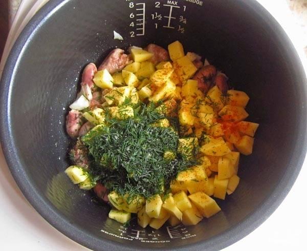 """3. Добавьте по вкусу соль, специи, зелень. Перемешайте все аккуратно. При желании налейте чуточку воды или добавьте ложку сметаны, например. Включите режим """"Выпечка"""" на 20 минут."""
