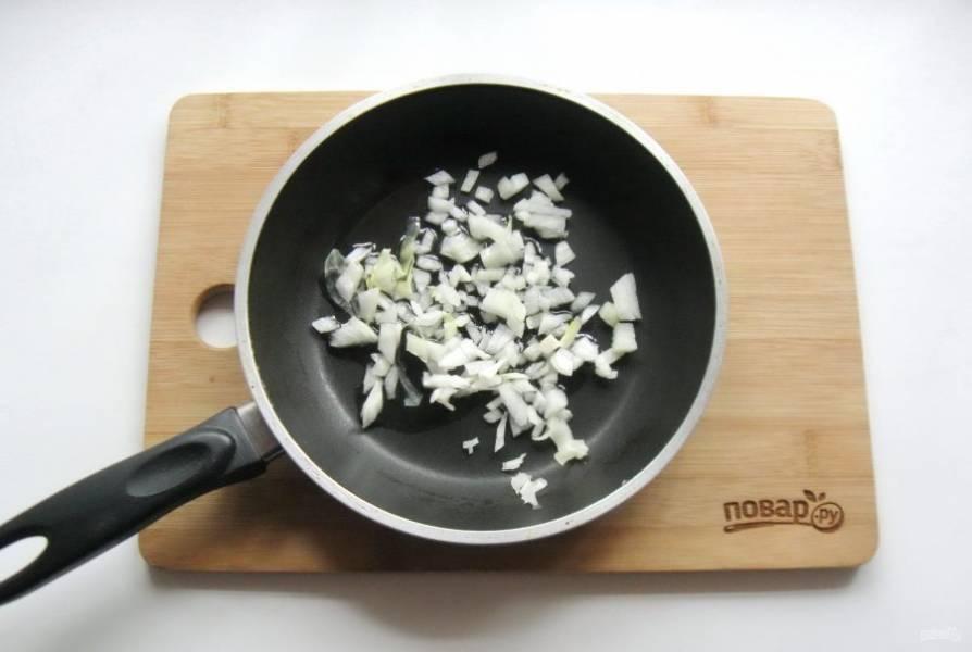 Пока тесто поднимается сделайте начинку для пирожков. Репчатый лук очистите, помойте и мелко нарежьте. Выложите в сковороду.