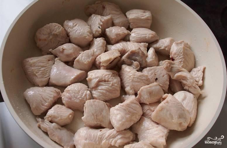 Филе индейки промываем, нарезаем небольшими кусочками и обжариваем на оливковом масле 5-7 минут.