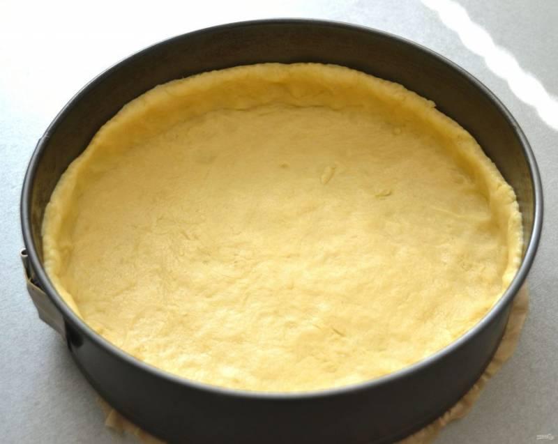 Выложите тесто в форму, сделайте бортики.