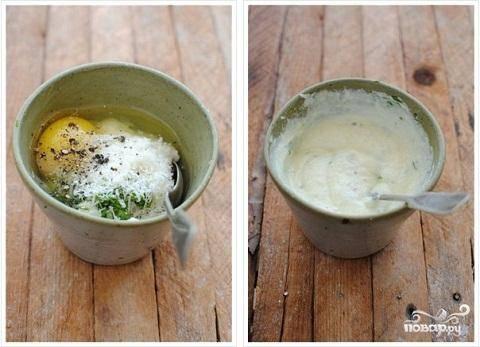 2.Приготовим начинку для рулетов. В отдельной посуде смешайте сырое яйцо, рикотту, пармезан,  измельченный чеснок, нарезанный мелко базилик, соль и перец. Все это хорошо взбейте венчиком.