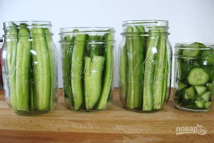 2. Выложите огурчики в баночки или бочонок, например. Добавьте перец, чеснок, зелень по желанию.