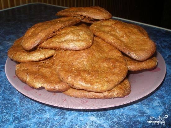 Выпекайте 35 минут, пока корочка не станет сухой. Печенье будет вкусным как в горячем виде, так и в остывшем.