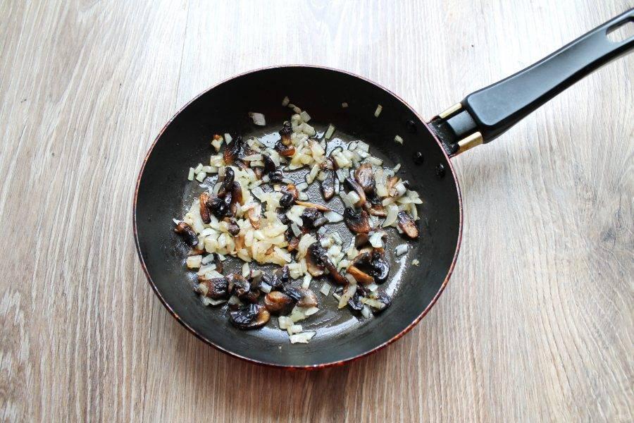 Обжаривайте грибы с луком еще в течение 7 минут, перемешивая.