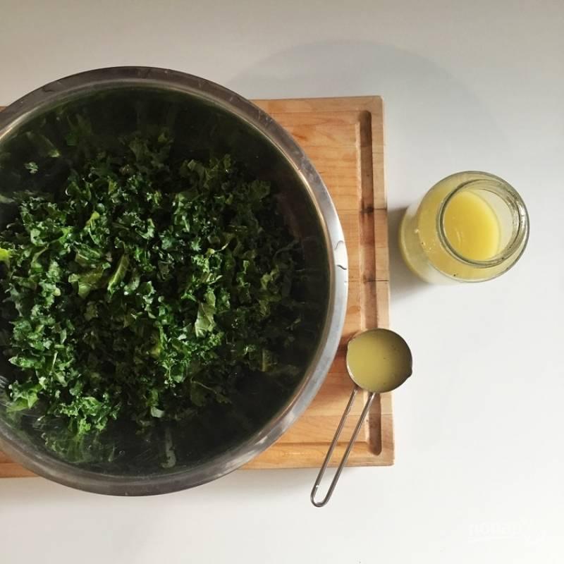 7.Половиной полученного соуса заправляю капусту, хорошенько перемешиваю, оставляю на несколько минут.