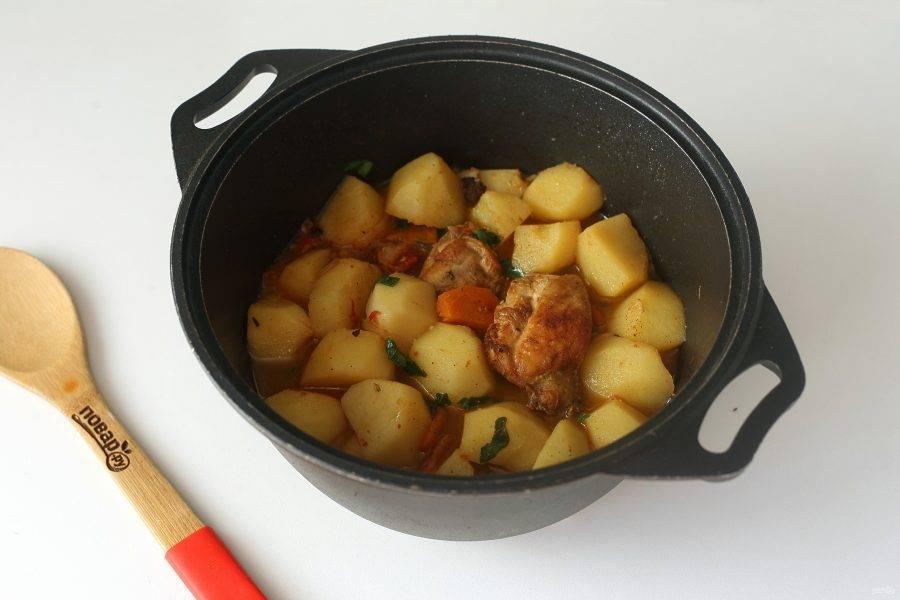 Все перемешайте и тушите под крышкой на небольшом огне до готовности картофеля.