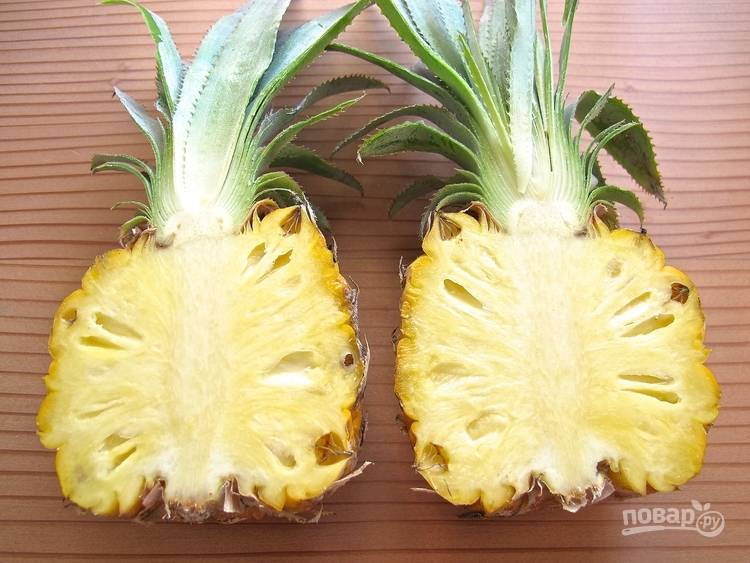 1.Первым делом мою ананас и вытираю его, затем разрезаю на 2 части и вычищаю сердцевину, сохраняя ровные стороны.