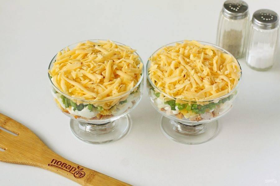 Следом за луком идет слой тертого на крупной терке сыра.