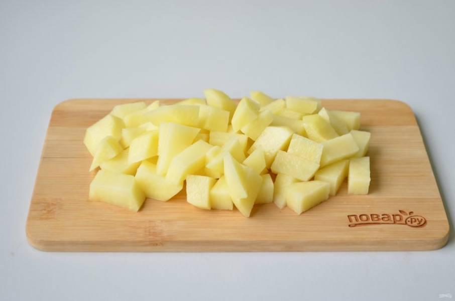 3. Порежьте картофель не очень крупно, положите в суп и варите 20 минут.