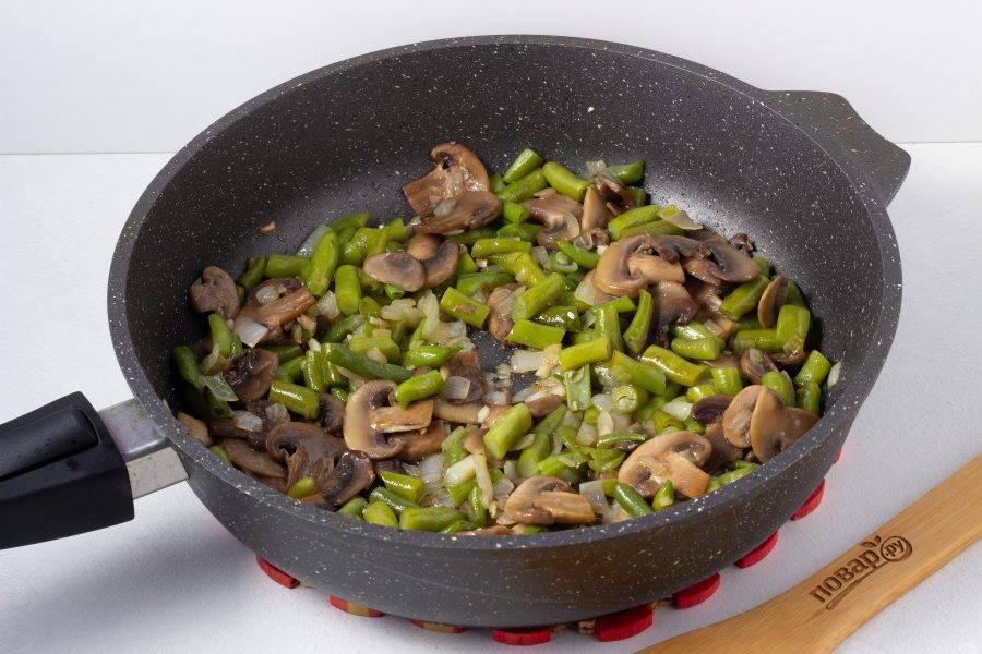 Посолите по вкусу и салат будет готов! При подаче посыпьте зернами кунжута. Вкусно, как в теплом, так и в холодном виде.