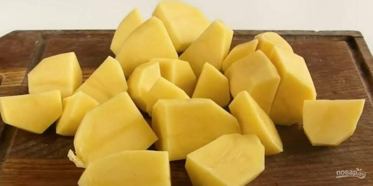 1. Картофель отварите до готовности, слейте жидкость, добавьте сливочное масло по вкусу и разомните в пюре. Лук и шампиньоны мелко нарежьте.