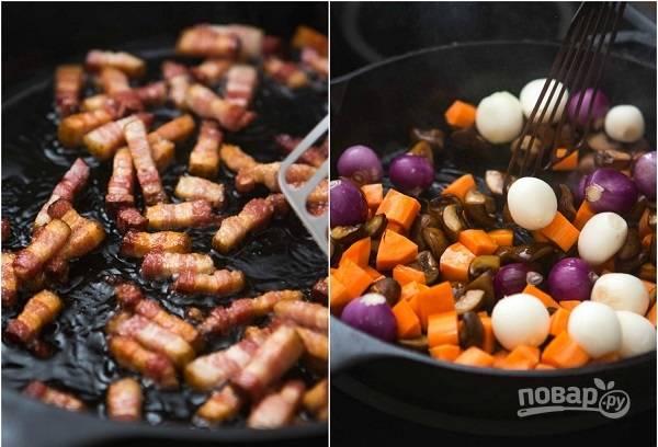 6. Параллельно обжарьте до румяности бекон. На отдельной сковороде обжарьте грибы, оставшуюся морковь и лук.