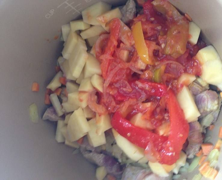 Потом добавляем рис (один мультиварочный стакан), специи, можно ложку сахара, томатное лечо. Перемешиваем.