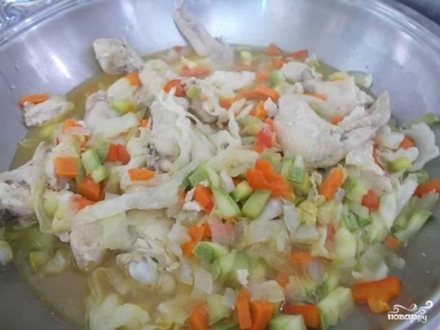 Оставшиеся овощи добавьте в казан. Посолите и приправьте. Можете влить немного воды. Тушите около получаса. После этого блюдо будет готово!