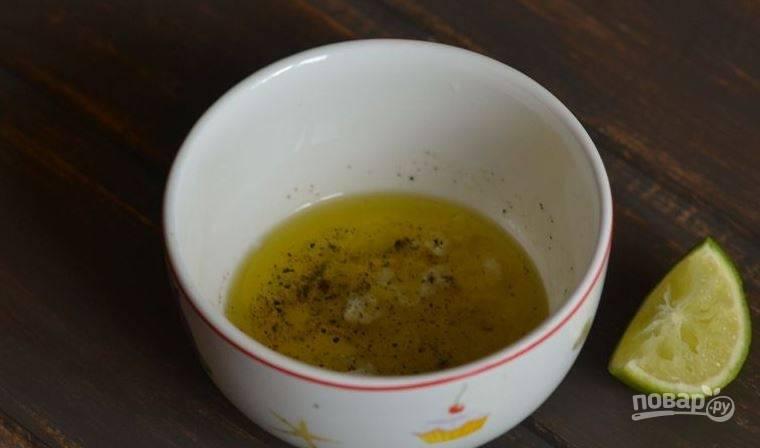 Добавьте в пиалку молотый черный перец. Лучше, если он будет свежим. Также выдавите в нее сок лайма, который можно заменить обычным лимоном.