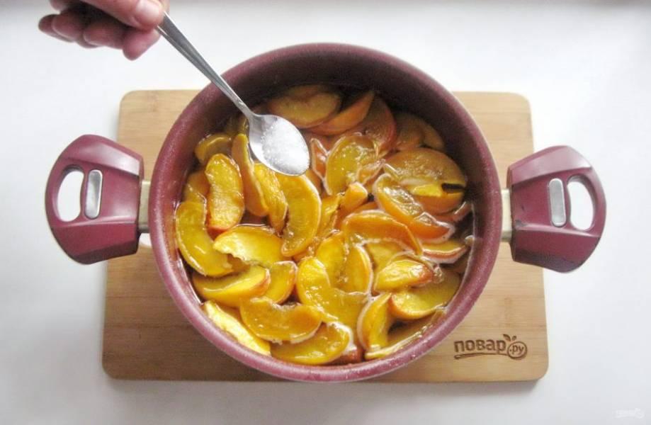 Снова проварите персики 10-15 минут. Добавьте лимонную кислоту.