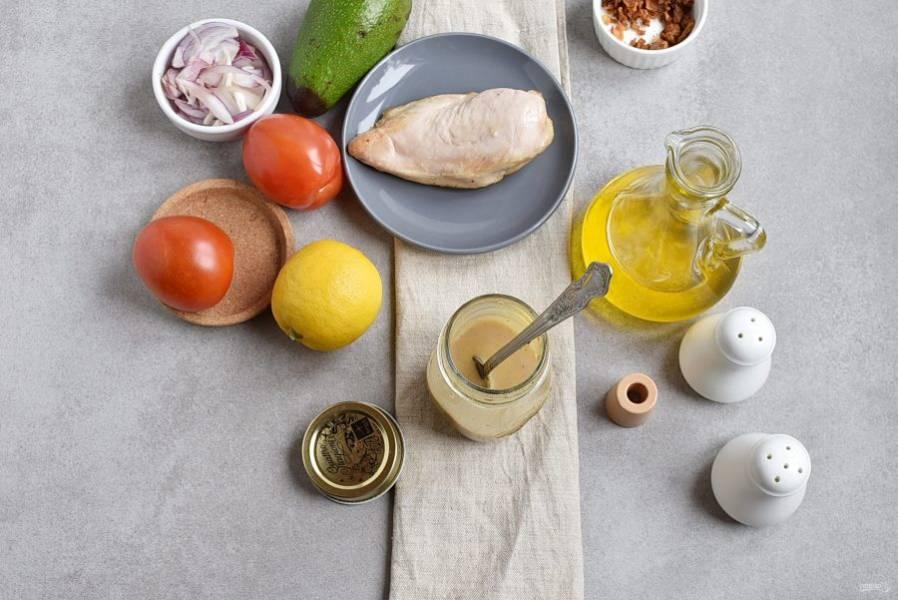 Начните с приготовления заправки. Для этого в удобную баночку влейте оливковое масло, добавьте горчицу и одну столовую ложку лимонного сока. Посолите и поперчите по вкусу, закрутите баночку крышкой и энергично встряхните несколько раз до полного смешивания.