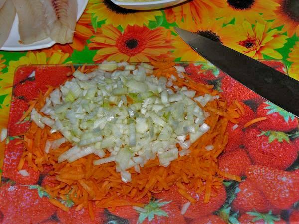 Измельчаем лук, морковь натираем на средней терке.