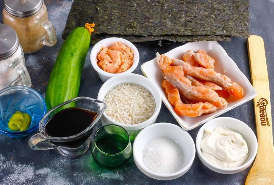 Подготовьте указанные ингредиенты. Слабосоленую семгу можно приобрести в магазине или супермаркете, а можно засолить и в домашних условиях.