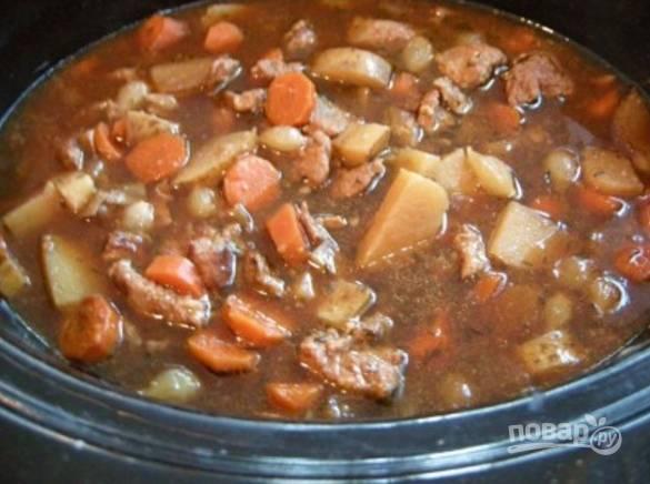 """Включите режим """"Тушение"""" и готовьте блюдо около часа. Нужно, чтобы говядина стала мягкой. Перед окончанием готовки посолите блюдо."""