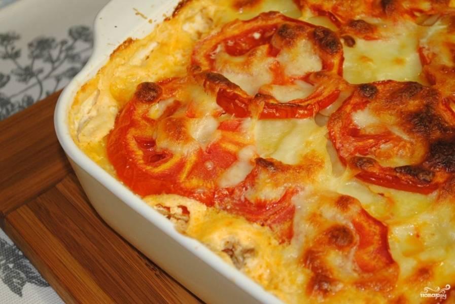 Духовку разогрейте до 200 градусов и поставьте туда форму. Готовится блюдо в среднем около 40 минут. Блюдо подавайте горячим. Если ваши дети любят зелень, то добавьте к запеканке нарубленный укроп или петрушку.