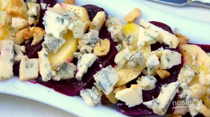 Сверху наломайте сыр и орехи. Прогрейте в микроволновой печи блюдо 3 минуты. Сделайте заправку из уксуса, масла, соли, перца и сахара. Залейте ей салат. Приятной дегустации!