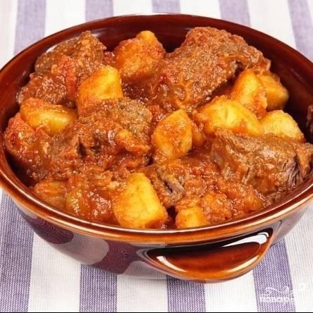 По истечению 40 минут говядина будет идеально нежной, а картофель дойдет до готовности. Можно подавать к столу. Приятного аппетита!