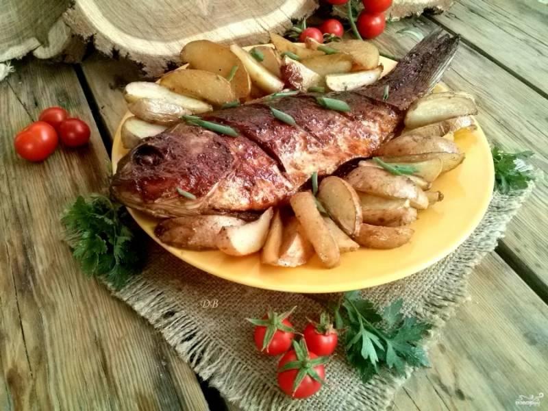 Подавайте рыбку горячей с рубленой свежей зеленью и томатами. Приятного аппетита!