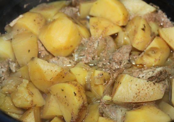 """Теперь закрываем крышку мультиварки, включаем режим """"Тушение"""" (если нет такого, выберите режим """"Мясо"""") и готовим телятину с картофелем 40 минут."""